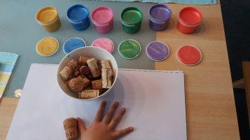 Stempeln mit Korken und Fingerfarbe