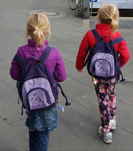 der jüngere Zwilling sein