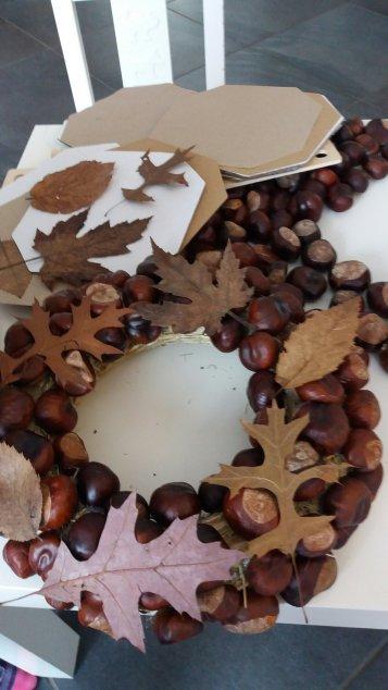 Blätterpresse und Kastanienkranz