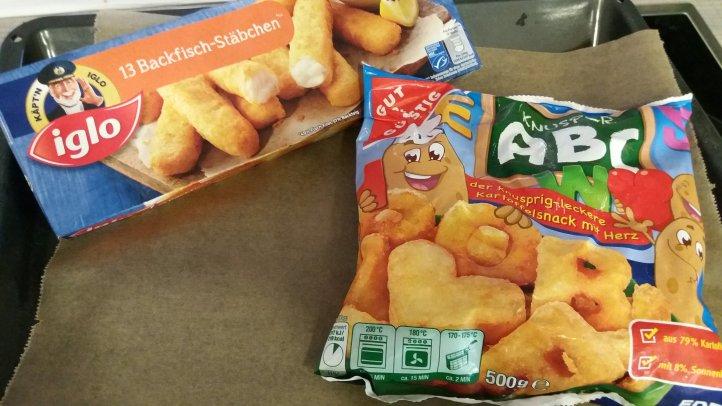 Abendessen Fischstäbchen und Buchstaben Pommes