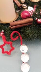 Weihnachtsbaum Dekoration aus Pfeifenputzer und Kronkorken
