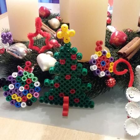 selbstgemachter Weihnachtsschmuck: Bügelperlen, Pfeifenputzer und Kronkorken
