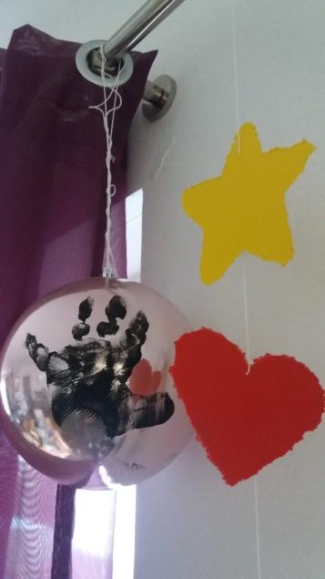 Weihnachtsbaumkugel mit Handabruck