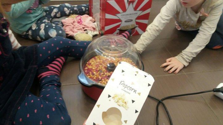 pinkes Popcorn und Popcornmaschine