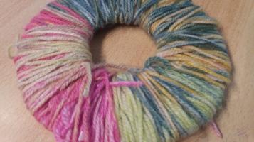 Bommel aus Wolle basteln, Foto: Mama Michi