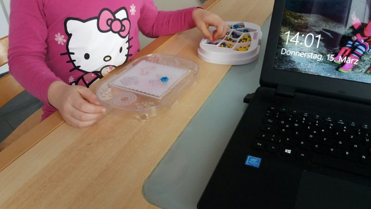 kranke Kinder beschäftigen mit Aquabeads