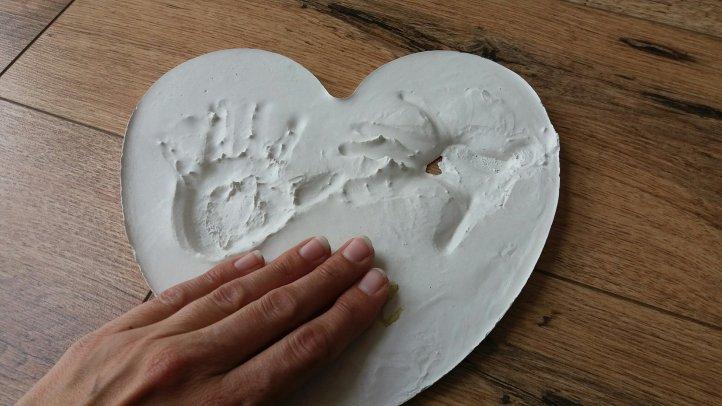Handabdrücke im Herz zum Muttertag