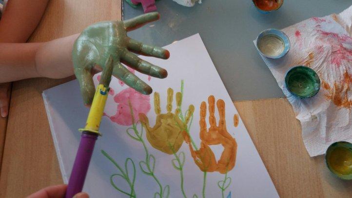 Handabdrücke als Blumen zum Muttertag
