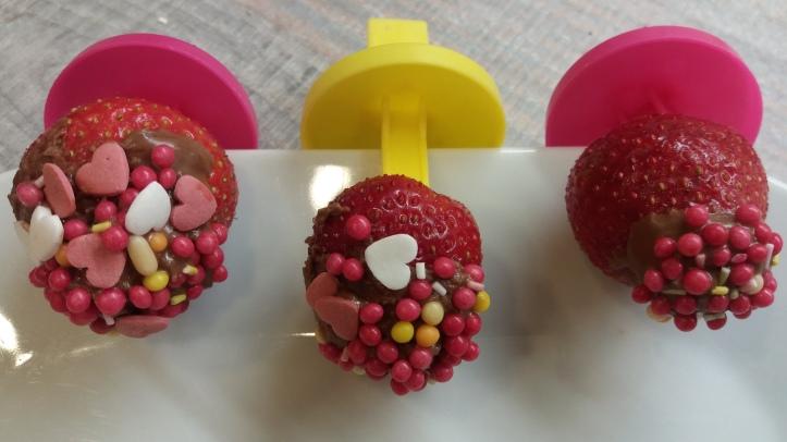 Erdbeeren am Spieß zum Kindergeburtstag