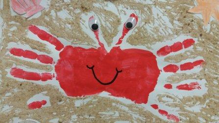 Krebs mit Fingerfarbe und Sand