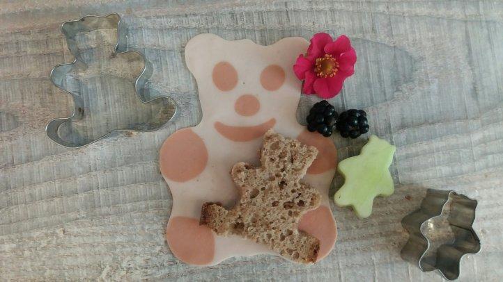 Bärchen aus Brot und Gurke mit Plätzchenausstechern