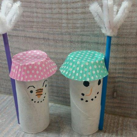 Schneemänner aus Klorollen basteln
