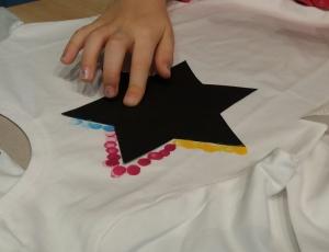 T-Shirt selbst gestalten mit Schablone und Stoffmalfarben