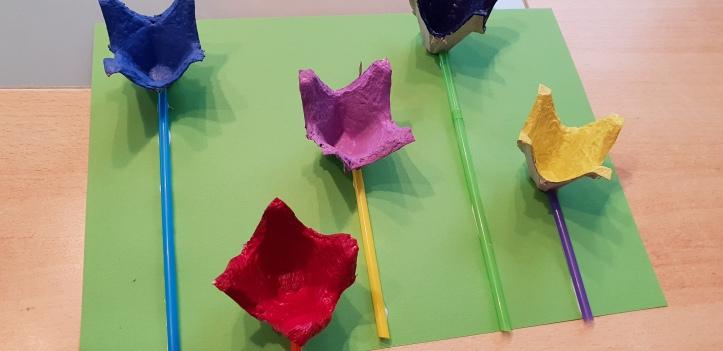 Blumen aus Eierkartons basteln